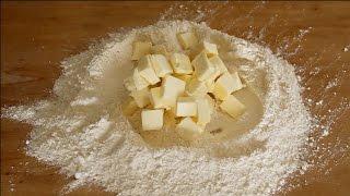Preparazione della pasta frolla, un impasto ricco di burro, adatto come base per le crostate e per la preparazione dei biscottini da the.Tempo di preparazione circa 30 minuti, più tempo di riposo nel frigorifero prima dell'utilizzo (almeno 30 minuti)Ingredienti:g.400 di farinag 240 di burro morbido a temperatura ambienteg 140 di zucchero semolatog 70 di tuorli (nel mio caso erano 4, dipende dalla loro grandezza)1 bustina di vanillina2g di sale fino.Si può aggiungere anche una grattugiata di buccia di limone e, se vi piace (come a me) che l'impasto non venga troppo duro, anche un cucchiaino di lievito per dolci.Sbriciolate prima il burro nella farina che contiene già il sale e la vanillina, aggiungete lo zucchero, poi i tuorli.Va lavorata per diversi minuti, fino a che il burro e le uova non hanno impregnato a fondo la farina.Una volta pronta, prima di procedere a stenderla, va fatta riposare in frigorifero per almeno 30 minuti, per far rapprendere e raffreddare di nuovo il burro.