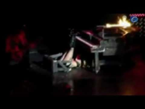 Lady Gaga se cae de un piano en pleno concierto
