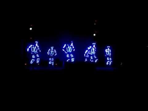 Màn trình diễn nhảy đèn led của Việt Nam cực đẹp không thua