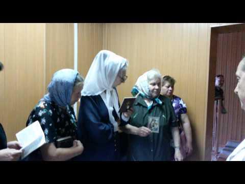 01 07 Священник и Суд 10 5 Молитва с иконой перед судебным залом