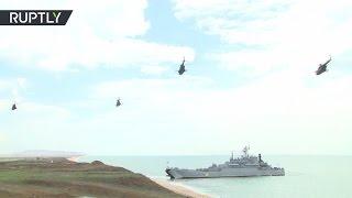 Прыжки с парашютом и высадка морского десанта: учения ВДВ в Крыму