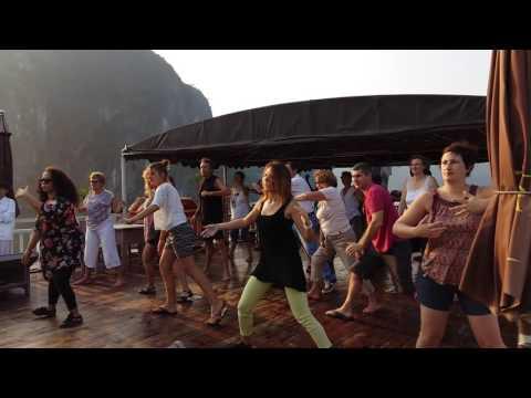 Cours de Taichi organisé par Travelogy Vietnam à bord sur la jonque