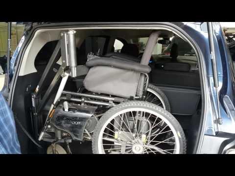 Spin 2017 adaptada para embarque e desembarque do cadeirante pelo banco do carona e da cadeira de rodas na mala através do guindaste.