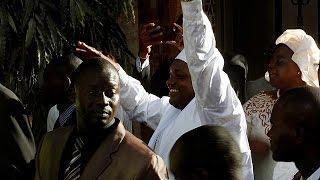 Barrow jura como presidente de Gambia desde el exilio y tropas senegalesas entran en el país