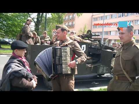 Ruská armáda se umí i bavit - harmonikář to váli.2
