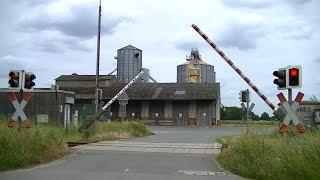 Locatie: BurgstraßeTraject: Osnabrück - OldenburgOntruimingslichten: 7Bomen: 2Andreaskruisen: 4Passeren:- LINT 41 als RE18 Varel → OsnabrückVideo is gemaakt op 10-06-17