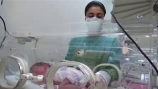 """Hakkari'nin Yüksekova Devlet Hastanesinde yeni doğan bir bebeğe 4 saat süren omurilik ameliyatı yapıldı. Yüksekova'da doğum sancısı tutan ve rahatsızlanan Vecibe Doğan, eşi tarafından Yüksekova Devlet Hastanesine getirildi. Doğumu gerçekleşen Vecibe Doğan'ın dünyaya getirdiği minik yavrusunun omuriliğinin 8 santimetrelik kese halinde dışarıda olması nedeniyle doktorlar tarafından tedavi altına alınarak ameliyat yapılmasına karar verildi. Yeni dünyaya gelen ve henüz 3 saatlik olan bebek, Yüksekova'da ilk defa yapılan bir ameliyata alındı. Ameliyatı Yüksekova'ya 10 gün önce atanan Beyin Cerrahı Uzmanı Dr. Duygu Baykal yaptı. 4 saat süren ameliyat oldukça başarılı geçti. Dr. Baykal, bu ameliyatın Yüksekova'da ilk kez yapıldığını belirterek, bu durumun takipsizlik, beslenme bozukluğu gibi nedenlerden dolayı ortaya çıktığını söyledi. Dr. Baykal, """"Bu bebeğimizde 8 santimetrelik bir kese vardı. Bu ameliyatta aynı zamanda tekrardan bir omurilik oluşturulması gerekiyordu. Hem omuriliği oluşturduk hem de omurilik zarını oluşturduk. Sonrasında da çok geniş bir doku defekte olduğu için filep dediğimiz yeniden bir doku oluşturduk. Hastaya bu ameliyatın riski bacak hareketliliğinden tam güç kaybı olabilirdi. Ameliyata girmeden önce böyle bir endişemiz vardı. Ancak ameliyatta neyse ki böyle bir durum söz konusu olmadı. Hastanın bacak hareketleri devam etmekte. Bu ameliyatımız oldukça başarılı, şu an çocuğumuzu takip etmekteyiz"""" dedi. 3 saatlik bir bebeğe, yaklaşık 4 saat süren bir ameliyat yapıldığını söyleyen Baykal, """"Ortopedi ve kulak burun boğaz doktorlarımızdan destek aldık. Hep beraber bir fikir birliğine vararak bu ameliyatı gerçekleştirdik. Bu ameliyatta anestezi doktorlarımızın desteği çok büyük oldu. 3 saatlik bir çocuğa narkoz verip daha sonra problemsiz bir şekilde uyandırmak kolay bir şey değildi. Şu an bizim için önemli olan çocuğun sağlığıdır"""" diye konuştu. Bu tarz hastalıkların Yüksekova'da oldukça sık olduğunu söylenen Baykal, şöyle konuştu: """"Ne yazık ki daha önce """