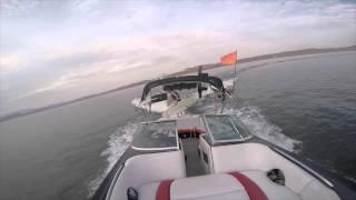 Il fait du surf derrière son bateau sans pilote => Fail !