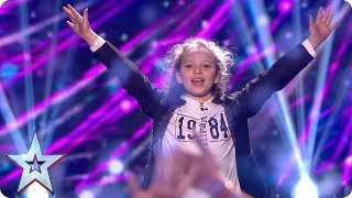 Dedicating her Grand Final performance to her younger brother Dexter, Issy Simpson reveals a few of her favourite things using a deck of cards, but can she work out which card Simon will pick?See more from Britain's Got Talent at http://itv.com/talentSUBSCRIBE: http://bit.ly/BGTsubFacebook: http://www.facebook.com/BGTTwitter: http://twitter.com/BGT