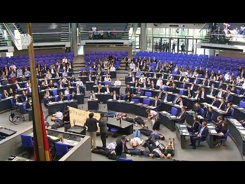 ΒΙΝΤΕΟ: Διαμαρτυρία στο γερμανικό Κοινοβούλιο την ώρα που μιλούσε ο Σόιμπλε…