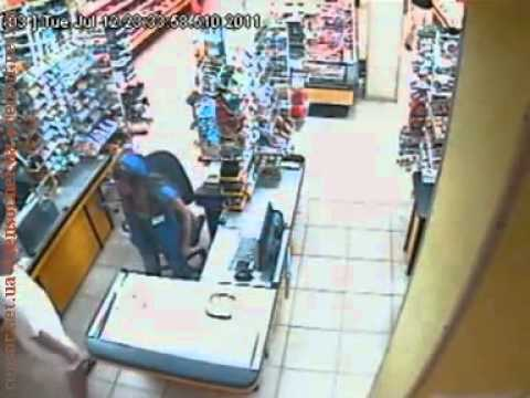 Отморозок напал на девушку с кулаками в магазине