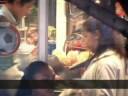 El planeta al igual que el hombre, se encuentran asfixiados por el plástico. Su generación y distribución masiva en todas las grandes ciudades al rededor del mundo, el mal uso que le damos, la corta vida útil de una bolsa o de un empaque plástico sumado a otros tipos de factores como que el plástico puede tardar mas de 400 años en degradrase contribuyen a incrementar este problema ambiental.