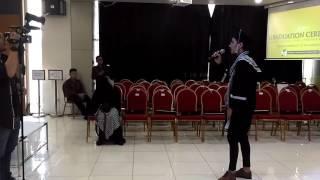 Umi Pipik Dian Irawati menangis terharu di Graduation Ceremony abidzar Al-Ghifari