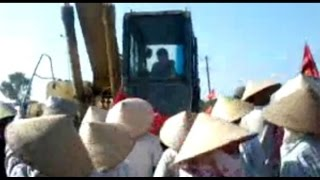 Chống cưỡng chế đất: 1 phụ nữ bị xe ủi cán qua người