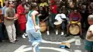 En plein centre ville, plusieurs groupes de Gwo Ka font le spectacle tout les samedi et ce pour le plaisir de tous... Bon visionnage.