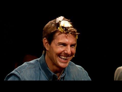 Tom Cruise se revienta huevos en la cabeza