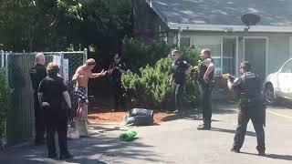 Jeden osiedlowy kozak vs 6 policjantów. Nie mogli dać sobie rady