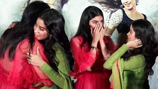 Video Khushi Kapoor Breaks Down And Emotionally Hug Sister Jhanvi Kapoor At Dhadak Trailer Launch MP3, 3GP, MP4, WEBM, AVI, FLV Juni 2018
