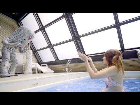 怪獸和比基尼正妹在日本成人片中常出鏡的泳池戲水,接下來「劇情神展開」再次證明日本狂到無極限了!