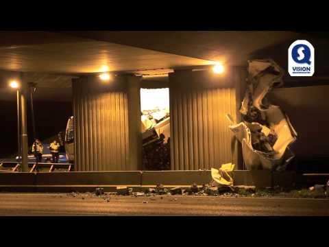 Vrachtwagen ramt viaduct op A16