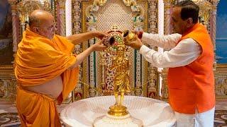 Gandhinagar India  city pictures gallery : Chief Minister of Gujarat offers Prayers at Swaminarayan Akshardham, Gandhinagar, India
