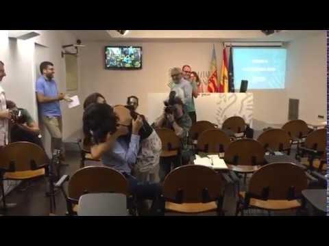Periodista pide matrimonio en plena rueda de prensa