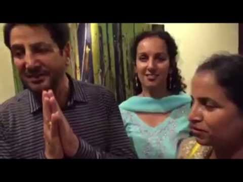 [VIDEO]Gurdas Maan finally meets his Fan who lost his arm before his show 32 years ago.