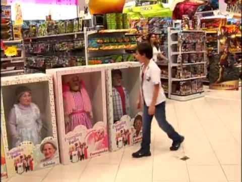 guardate cosa fanno ai passanti questi bambini travestiti da bambolotti!