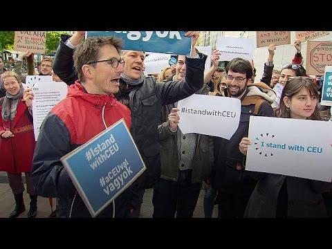 Βρυξέλλες: Απόφοιτοι του Πανεπιστημίου Κεντρικής Ευρώπης διαδηλώνουν κατά του νόμου Ορμπάν