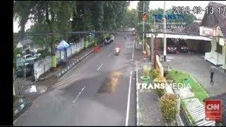 Video Detik detik Pelaku Penyerangan Mapolres Probolinggo Kota Ditangkap Terekam CCTV MP3, 3GP, MP4, WEBM, AVI, FLV Mei 2018