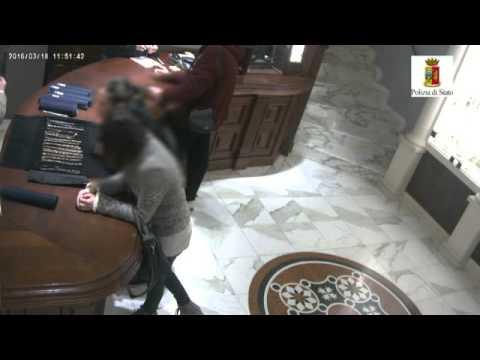 Sulmona, tre donne si fingono clienti e rubano in una gioielleria (VIDEO)