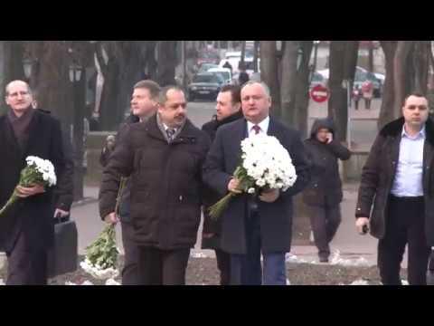 Igor Dodon a depus flori la bustul poetului Mihai Eminescu