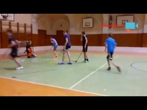 Překvapivá trefa do hlavy v podobě florbalové hokejky