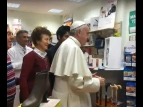 papa francesco si reca in un negozio per acquistare scarpe ortopediche