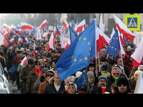 Πολωνία: Χιλιάδες πολίτες διαδήλωσαν κατά του νέου νόμου που περιορίζει τις ατομικές ελευθερίες