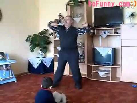 超活潑的阿公教兩歲的孫子跳Disco,高技巧舞步都難不倒阿公!