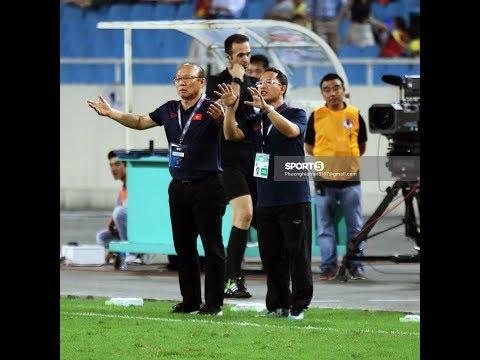 Thầy Park vui mừng vui Đức Chinh ghi bàn, hài lòng về kết quả của trận đấu - Thời lượng: 11 phút.