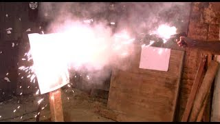 Mini videócska 2-méteres lángcsóvákkal. ÖRÜLŐS-VIGYORGÓS:-)Az orosz A+A Pioner multifunkciós eszköz alapvetően önvédelemre való pirotechnikai folyadéksugár-kilövő (pepper jet), erről humán tesztünket mát láthatta mindenki. Azonban a jelzőrakétalövő adapterbe lehet tölteni a GROM néven futó magnéziumos flash-bang villanó töltényt is. Ez olyan 2 méteres, vakuszerűen villanó, elvakító lángcsóvát produkál. Elsődleges célja a vadriasztás, vagy a vészjelzés. Bár nagyon ijesztőnek látszik, valójában a másfél méterre elé kitett lőlapot sem gyújtotta fel.De mindezek ellenére a videó lényege, hogy remekül szórakoztam!:-)))