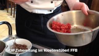 Im Klosterstüberl Fürstenfeldbruck beim Kloster Fürstenfeld wird frisches Tatar am Tisch zubereitet. Das Rindfleisch ist natürlich frisch, ebenso wie die Zut...