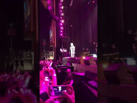 VIRAL: Luis Miguel protagonizó momento incómodo en tarima (VÍDEO)