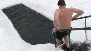 AMERICANS try to swim in ice cold water in RUSSIA