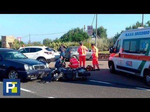 El momento en que George Clooney se estampa con su moto contra un auto en Italia