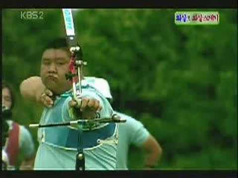 「[神業]「矢」で「矢」を射抜く太っちょアーチェリー名人の驚愕の神業。」のイメージ