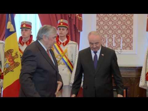 Президент Николае Тимофти вручил копию Штандарта Президента Республики Молдова