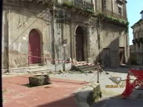 Favara, nuovo intervento dall'alto: crolla parte del cornicione di Palazzo Cafisi, nessun danno a persone