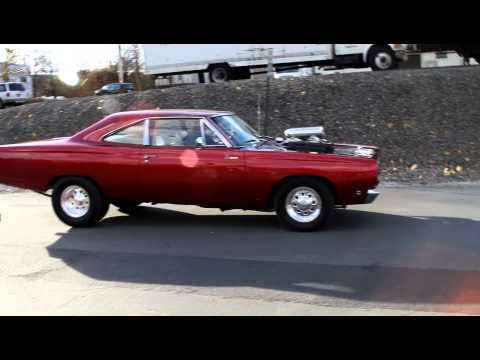 Road Runner leaves car show in burnout style