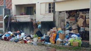 Prefeitura de Salto limpa casa de idosa que acumulava lixo há 20 anos