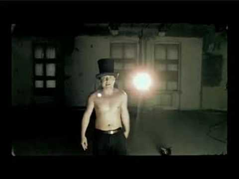 Czesław Śpiewa i robi striptiz