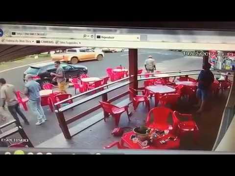Esposa encontra marido com amante em bar e parte para agressão