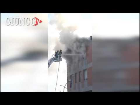 Grosso incendio in città: il VIDEO le fiamme fuori dalla finestra